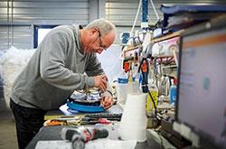Homme en train de réparer un objet